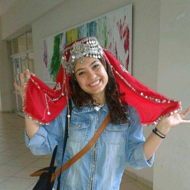 Konya Necmettin Erbakan Üniversitesi'nin müzik öğretmenliği bölümünde okumuş ve Halk Oyunları Topluluğu'nda çalışmıştı.