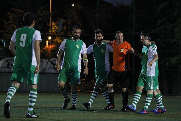 """11. """"Beyler paslı, beyler görerek, beyler uzun oynamayalım, beyler ayağa, beyler garanti, beyler top yapalım. Beyleeerrr."""""""