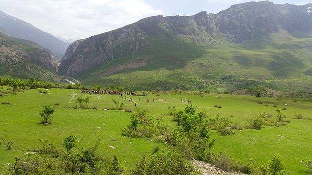"""7. """"Siirt'in Pervari ilçesi Belenoluk köyünde öğrencileri için dağ eteğine futbol sahası yapan beden eğitimi öğretmeni Murat Korkusuz 👏 """""""