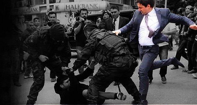 Başbakanlık Müşaviri Yerkel Soma'da objektiflere yansıyan bu fotoğraf ile Türkiye gündemine damgasını vurmuştu.