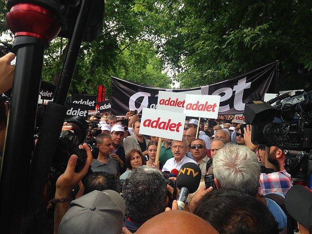 Kılıçdaroğlu AdaletYürüyüşü'nü başlatmak için Güvenpark'a 'Adalet' yazan dövizle geldi.