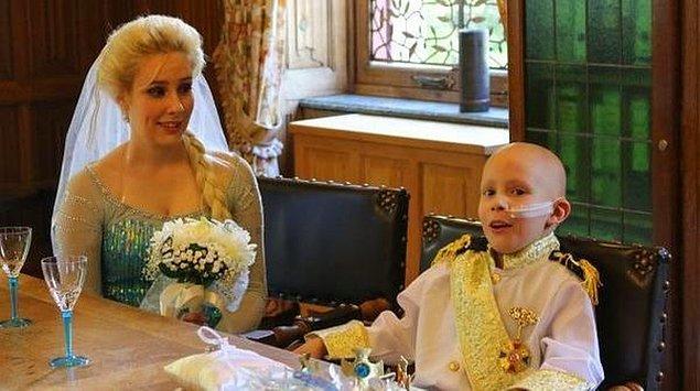 İçlerinden bir kadın Elsa kostümü giymiş ve kentin kalesinde temsili bir düğün töreni düzenlenmiş.