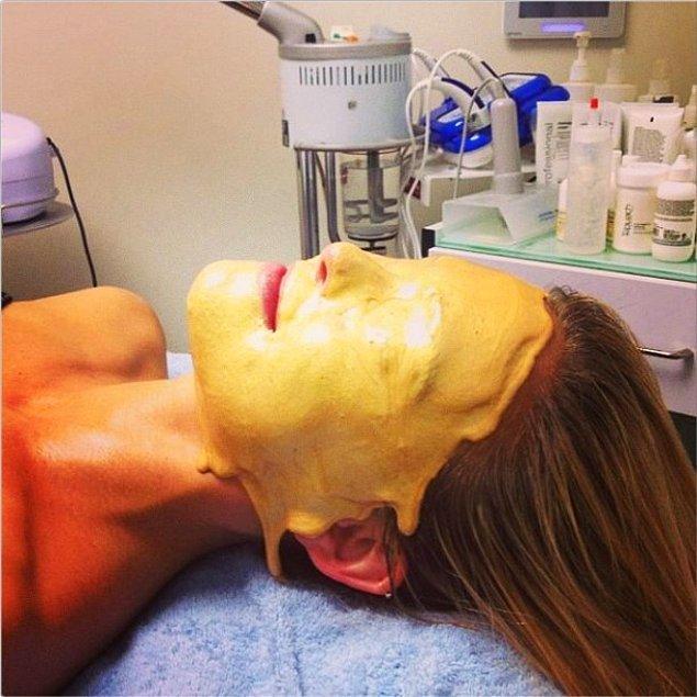 Refaeli, kusursuz cildinin sırrını 24 karalık sıvı altın maskesi olarak açıklamıştı.