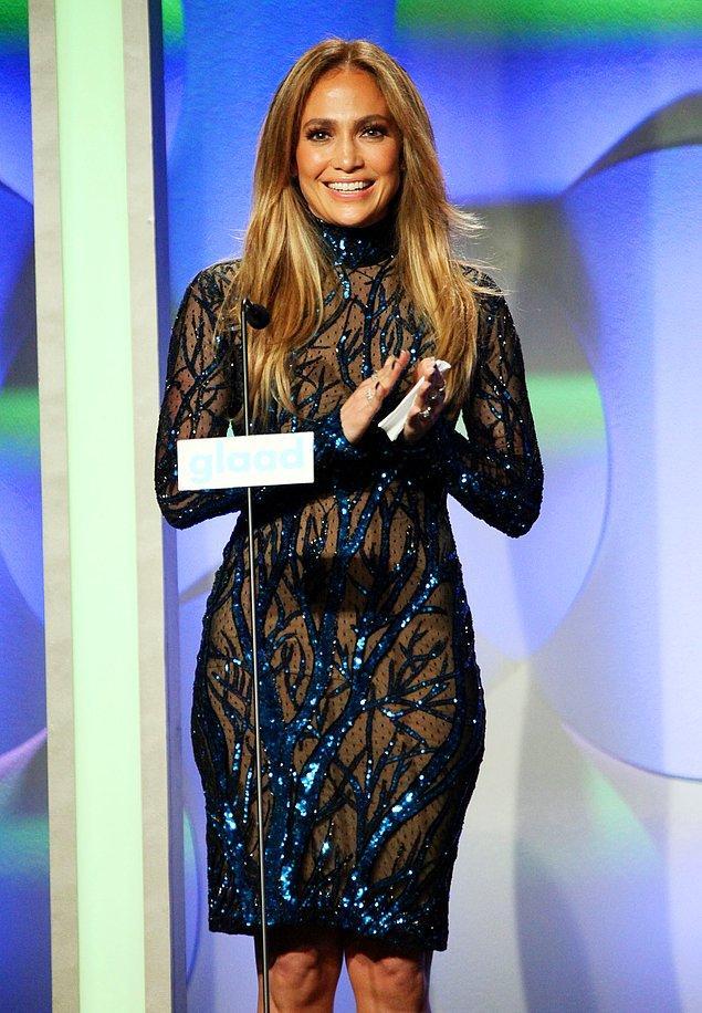 5. Yaşlılığa savaş açmış bir kadın olan Jennifer Lopez ise aşırı pahalı 'plasenta' maskelerini cildine uyguluyor!