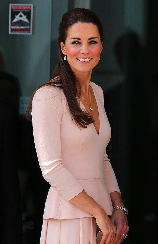 4. Kate Middleton ise botoks yaptırmak yerine, yüzüne arı zehri maskesi yaptırıyor!