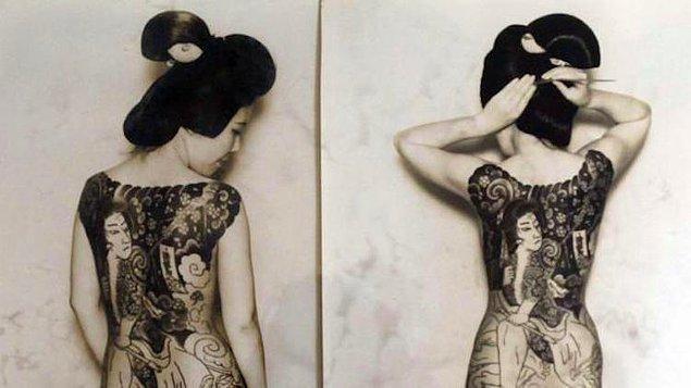 Japon dövmeleri çoğu zaman kültürün doğaya olan saygısını simgeliyor. Yani çoğunlukla hayvan ve çiçek motifleri süslüyor dövmeleri.