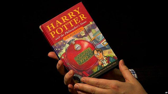Dünya çapında 79 dile çevrilen ve 450 milyon kopya satan Rowling'in fantastik dünyası ile tanışalı tam 20 yıl oldu.