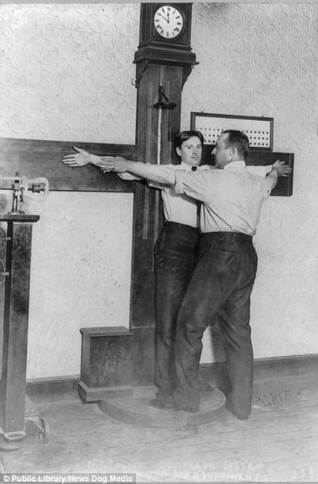 4. New York City Polisi suçlular üzerinde yaptıkları vücut ölçümlerini kameralara gösteriyor, 1908.