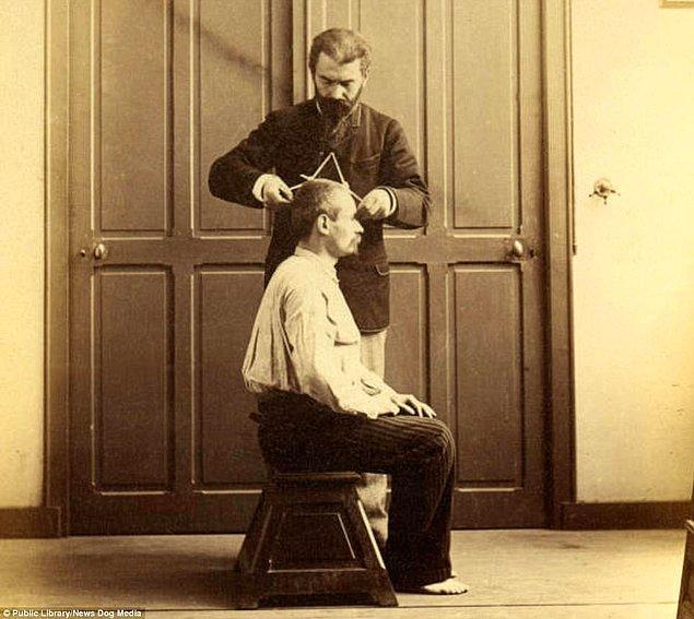 14. Alphonse Bertillon 1894 yılında Paris'te bir kafatası ölçümünün nasıl yapılacağını gösteriyor.