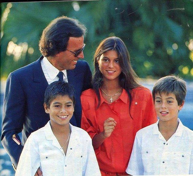 1. Ebeveynleri dünyaca ünlü 'God Of The Latino' Julio Iglesias ile İspanya'nın Cazibe Kraliçesi ve Kainat güzeli Isabel Preysler'dir.