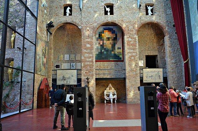 Dali'nin Barcelona'nın kuzeyindeki Figueras kasabasında bulunan mezarı açıldı. Alınan kemik veya diş gibi kalıntılara Toksikoloji Enstitüsü'nde DNA testi yapılacak.