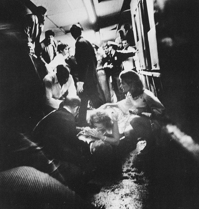 7. Suikast sonucu ölümcül yaralanan kocası Robert F. Kennedy'i iyileşeceğine dair rahatlatmaya çalışan Ethel Kennedy, 6 Haziran 1968.