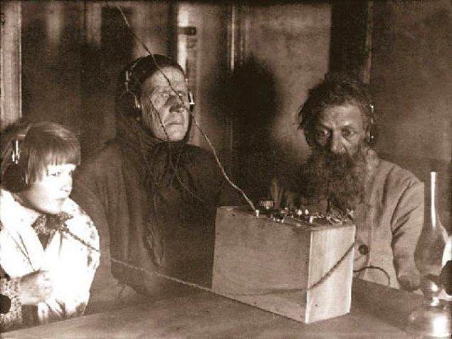 6. Radyodan akşam yayınını dinleyen bir aile, Sovyetler Birliği, 1925.