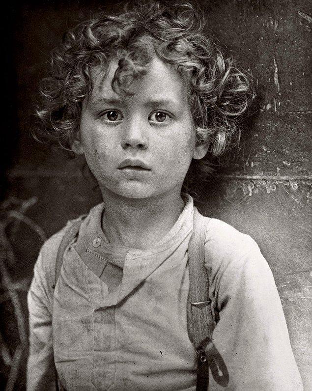 9. ABD'deki çocuk işçi kanunu kapsamında istenen değişikliklerin yapılmasına büyük ölçüde katkıda bulunmuş Paris Waif'in etkili fotoğrafı, 1918.