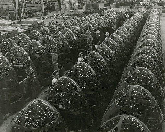 8. Douglas A-20 Havoc isimli hafif bombardıman uçaklarının burun kısmı üzerinde çalışan kadın işçiler. 1942.