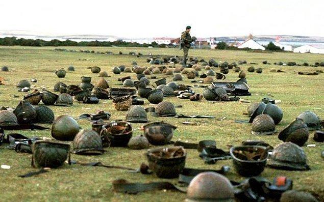 12. Goose Green'de teslim olan Arjantin silahlı kuvvetleri tarafından bırakılan çelik kasklar, Falkland Savaşı, Mayıs 1982.