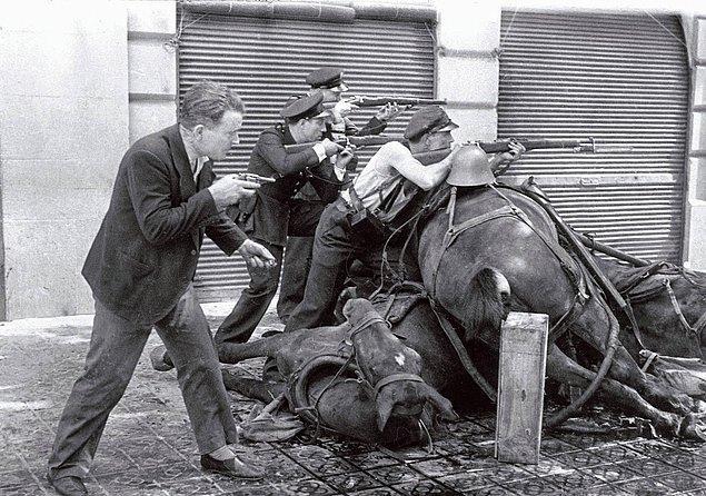 15. İspanya İç Savaşı'nın ilk günlerinde, ölü atları siper ederek kendilerini korumaya ve savaşmaya çalışan emniyet birimleri. Barcelona, İspanya, 19 Temmuz 1936.