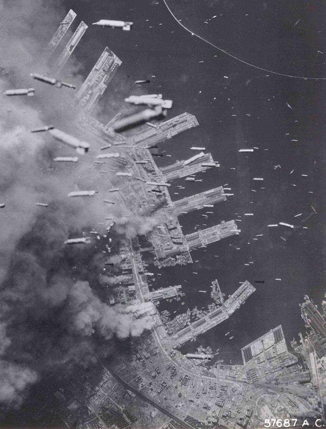 13. Amerikan uçakları bombaları rıhtıma bırakırken, Kobe, Japonya, 1945.