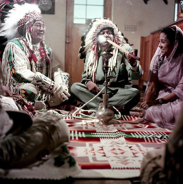 18. Blackfoot Şefi Theodore Last Star ile barış çubuğu tüttüren Pakistan Başbakanı Muhammed Ali, Montana, ABD, 1954