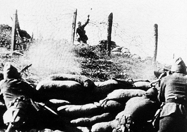 23. İspanya İç Savaşı sırasında Cumhuriyetçi hatlara karşı el bombası atan İspanyol Milliyetçi askeri.
