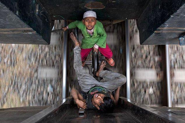 6. Bangladeş'te tren vagonlarının arasında seyahat ederek şehirden şehire dilenmeye giden çocuklar.