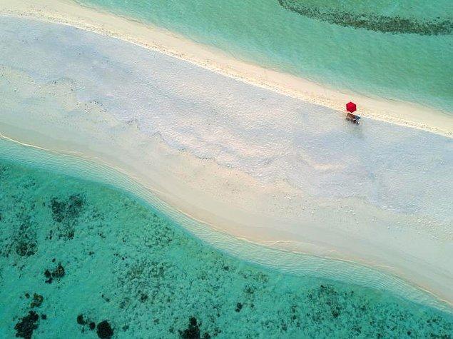 28. Ari Atoll, Maldivler'de yalnız bir şemsiye