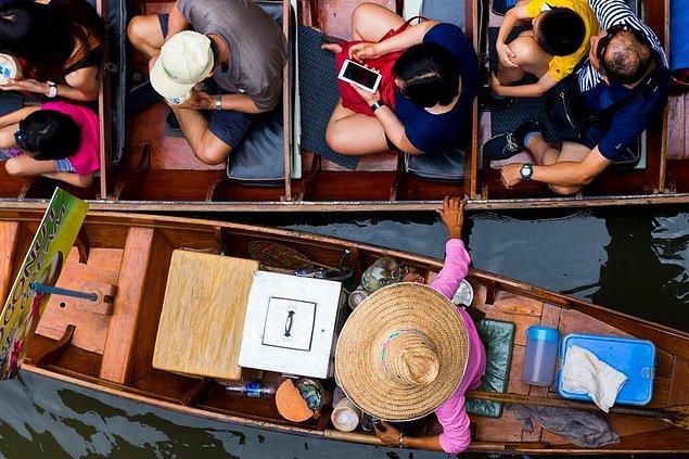 29. Bangkok'ta geleneksel bir yüzen pazar