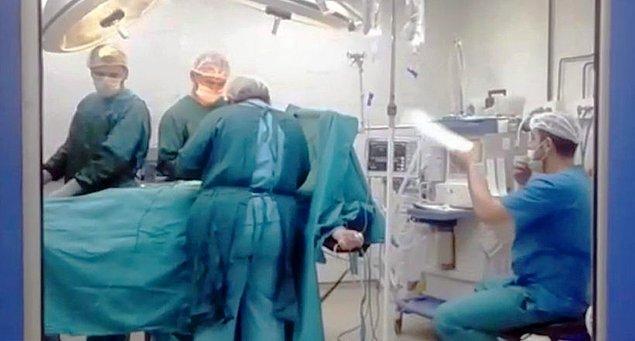 5. Ağrı Devlet Hastanesi'nde havalandırma sistemleri bozulunca ameliyat kartondan yapılan yelpaze eşliğinde gerçekleşti.