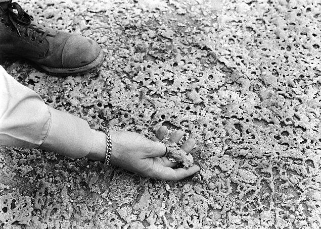 10. Alamogordo, New Mexico'da test edilen bombadan kalan kum parçacıkları. Yoğun ısı, kumları yeşil, cam gibi bir maddeye dönüştürdü.