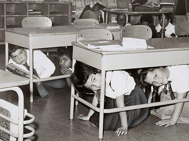 13. Brooklyn Ortaokulu öğrencileri, olası bir nükleer saldırıya karşı tatbikat yaparken.
