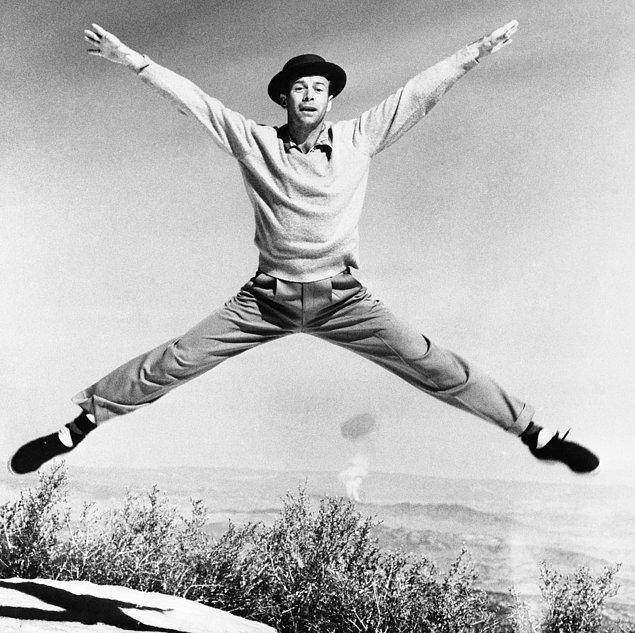 """23. Dansçı Gene Nelson, """"Atom Antic"""" adını verdiği gösteriyi sergilerken. Arkada gerçekten yükselen bir mantar bulutu var."""