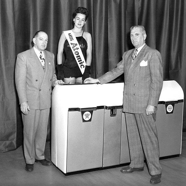 """25. """"Miss Atomic"""" güzellik yarışmasının kazananı, iki iş adamıyla poz veriyor."""