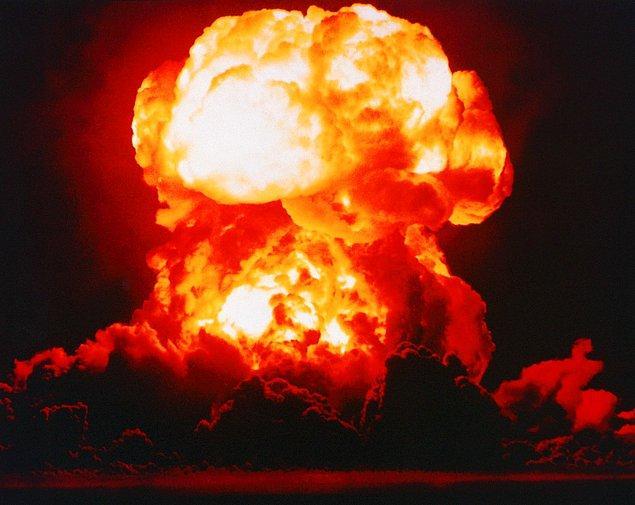 """27. """"Smokey"""" takma adlı atom bombası, Plumb Bob Operasyonu sırasında Nevada çölünde patlatılıyor."""