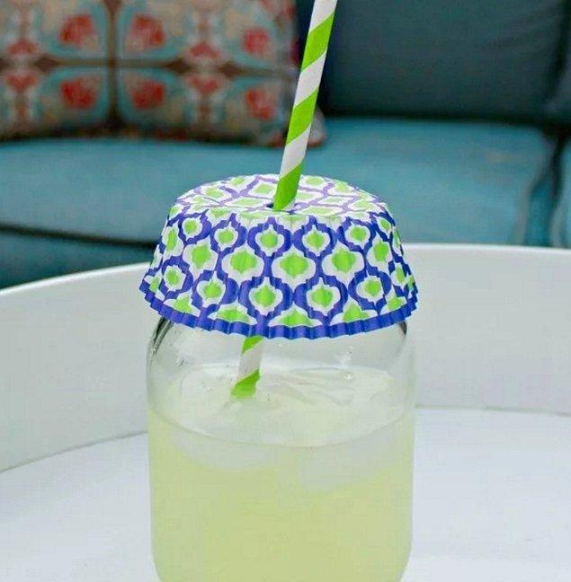 6. İçeceklerinize böcek girsin istemiyorsanız, cupcake kalıplarını ters çevirip bardağınızın ağzını kapatın.