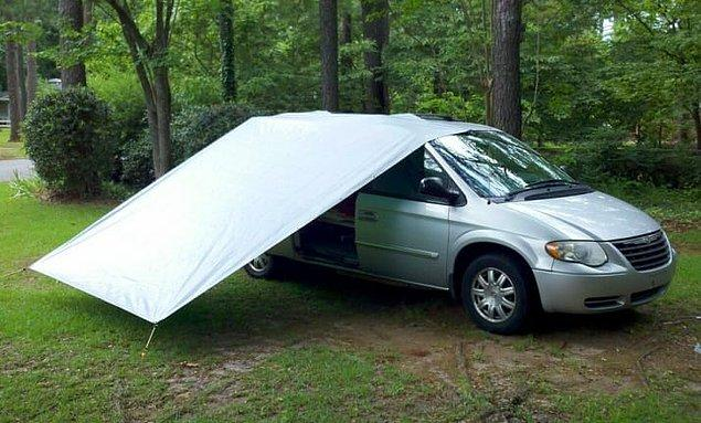 7. Yağmur yağdığında arabanın kapısını kapatmak zorunda kalmak istemiyorsanız esnek halatla ve bir çarşafla bu tarz bir platform kurabilirsiniz.