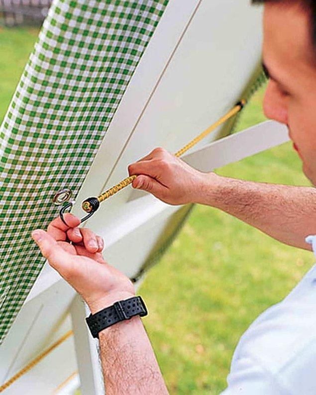 13. Esnek halat ve kancayla, rüzgarda çok ses çıkaran tentenizin sesini kısabilirsiniz.