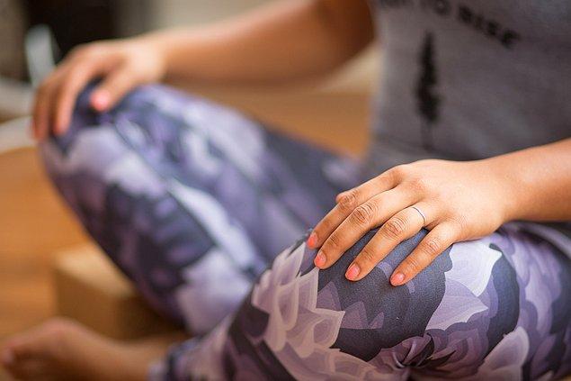 Bu pozisyon ayrıca kasların düzenli gerilmesini sağlayarak daha esnek ve sağlıklı kaslara sahip olmanıza yardımcı oluyor.