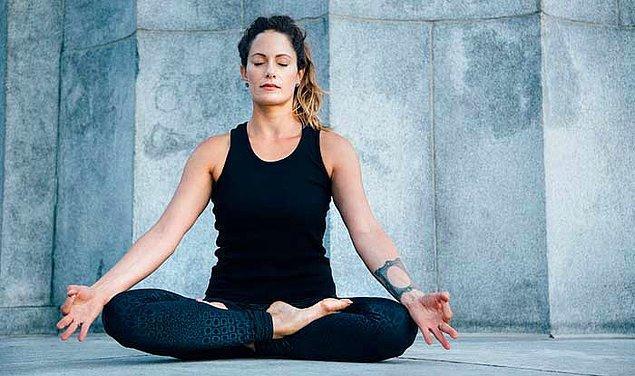 Yanlış şekilde oturulduğunda oluşan ağrıyı engelleyerek doğru duruş sağlıyor.