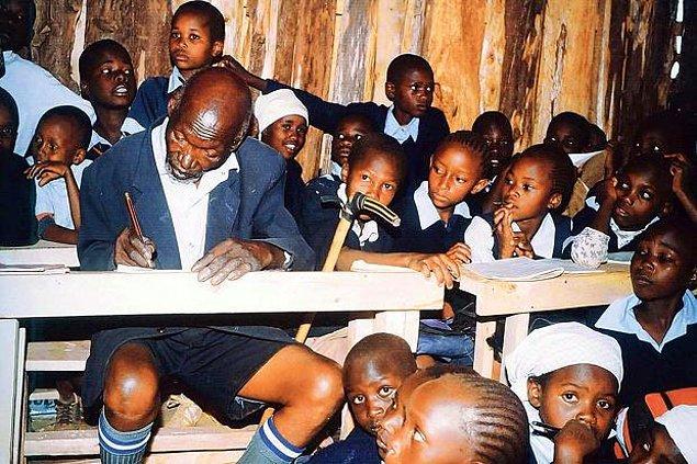 6. İlkokula başlayan en yaşlı kişi unvanına sahip, 2010 yapımı The First Grader filmine de konu olan 84 yaşındaki Kimani Maruge.