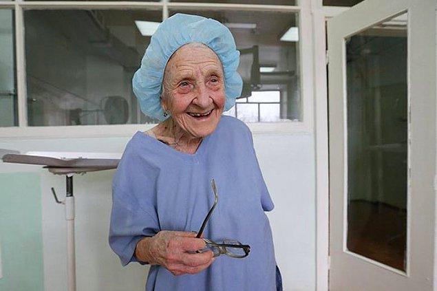 14. Yeri geldiğinde günde 4 operasyona giren dünyanın en yaşlı cerrahı unvanına sahip 89 yaşındaki Alla Illyinichna Levushkina.