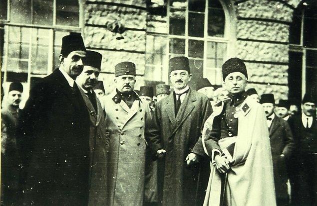 17 Kasım 1924'te kurulan Terakkiperver Cumhuriyet Fırkası aslında Halk Fırkası içerisindeki görüş ayrılıklarının resmi olarak ortaya koyulmasıydı. Bu ayrılıkların örneklerine ilerleyen yıllarda da sıkça rastlanacaktı.