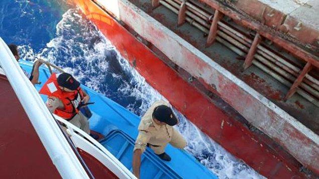 Türk bandıralı ticari gemi, Sahil Güvenlik Komutanlığına bağlı 3 bot ve Deniz Kuvvetleri Komutanlığından 1 hücumbot eşliğinde Marmaris Limanı'na yanaştı.