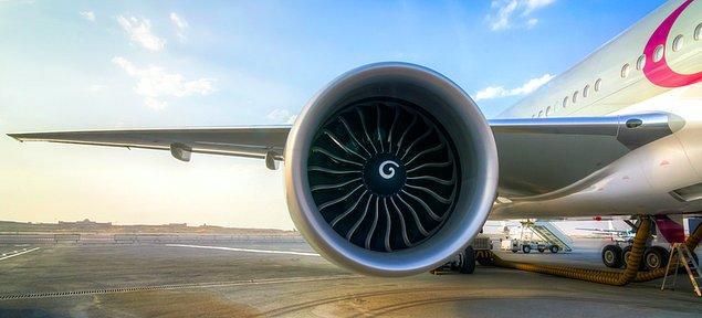 Qui teyzemiz, uçuşuna uğur getirsin diye uçağın motoruna bozuk para atmış.