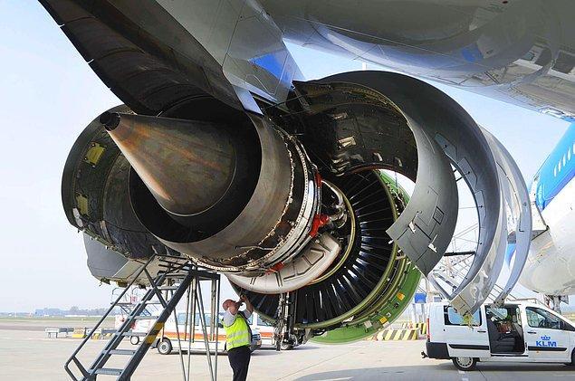 Şaka canım. Bozuk paranın uçak motoruna zarar verebileceği doğru ama, uçağın yere çakılmasını sağlaması, pek mümkün değil.