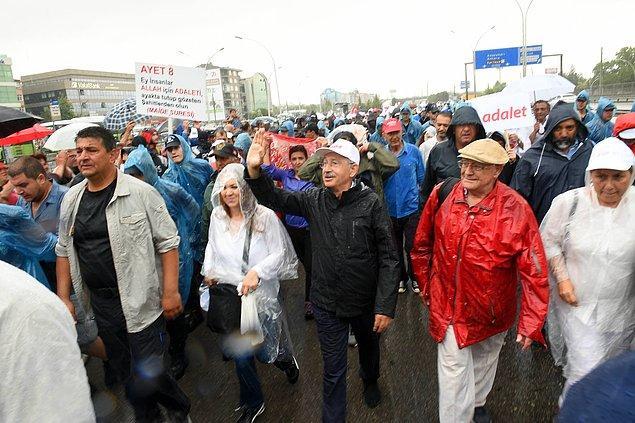 Yahya Kaptan Mahallesi'nden yağmur altında yürüyüşe geçildi.