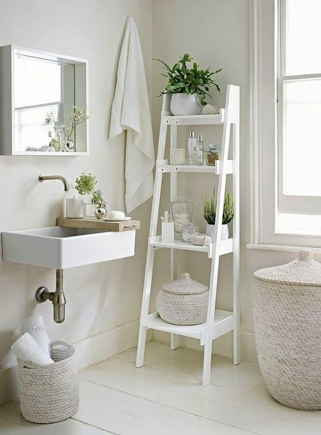 2. Sıradan banyo dolaplarının pabucunu dama atan basamak raflar.