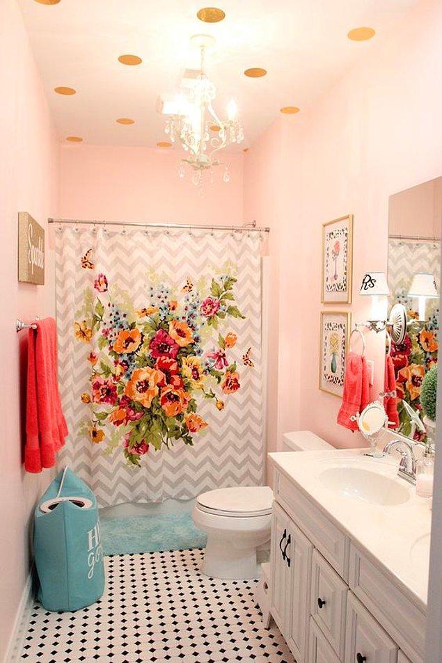 8. Desenli ya da renkli bir duş perdesi ile banyonuzun tüm atmosferi değişebilir!