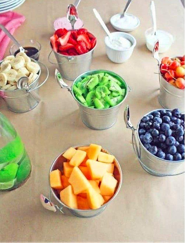 11. Misafirlerinize kendi meyve salatalarını yapmaları için bir fırsat sunabilirsiniz.