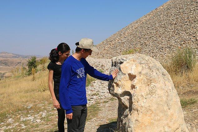 Heykelin sol baş bölümünün kırıldığı ve taş parçalarının da götürüldüğü görüldü.
