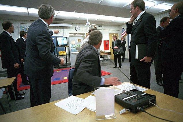 3. Başkan Bush, sınıftaki bir televizyonda Dünya Ticaret Merkezi'ne yapılan saldırıları izlerken.